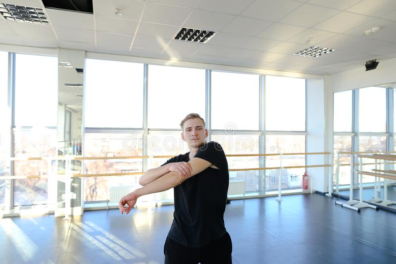 体育的舞厅舞蹈家在训练前给做准备穿衣 库存图片