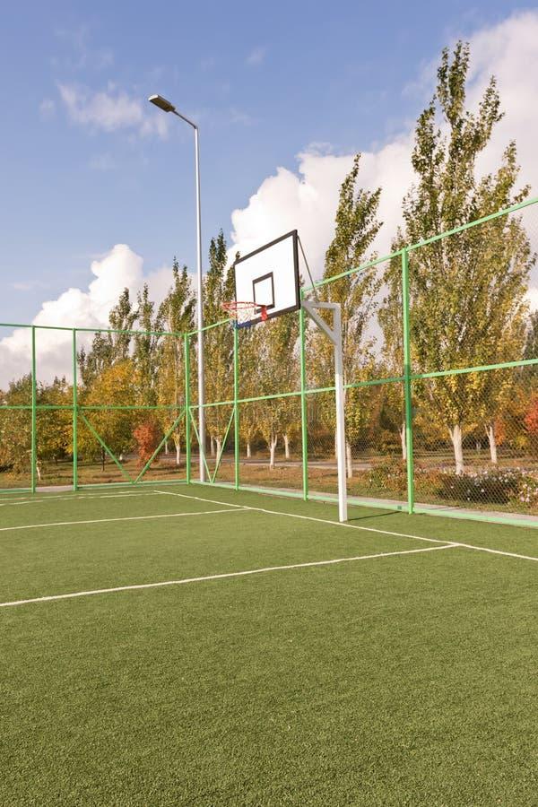 体育篮球场操刀与滤网和篱芭在基地 图库摄影