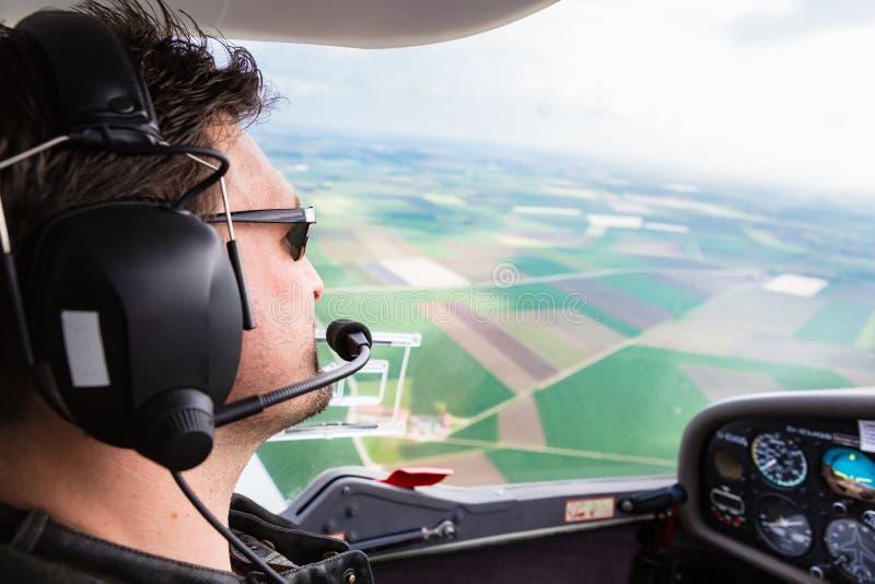 体育试验飞行他的飞机 库存图片