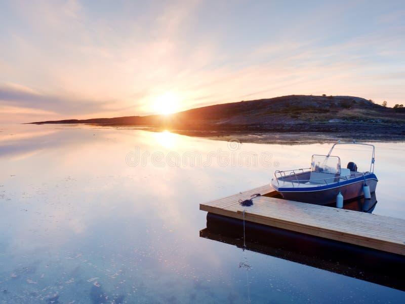 体育运动垂钓的汽艇被栓对木浮船坞 在海湾口岸的渔船, 库存照片