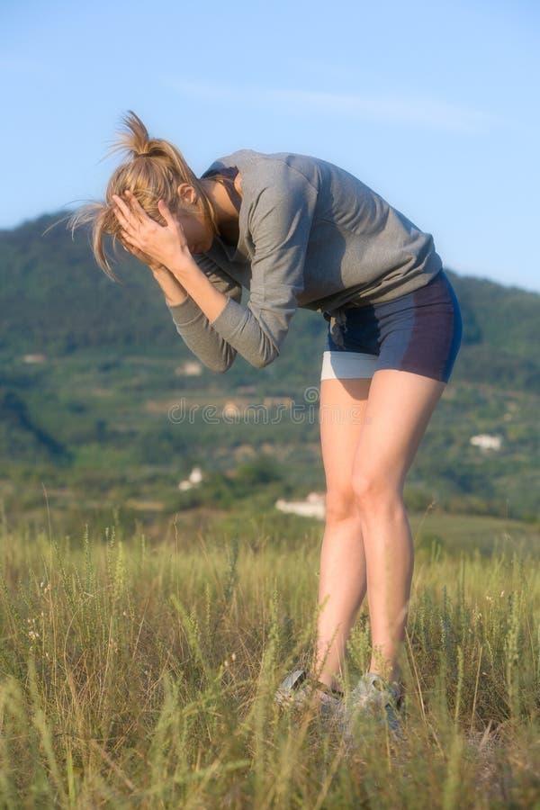 体育运动疲乏的妇女年轻人 免版税库存照片