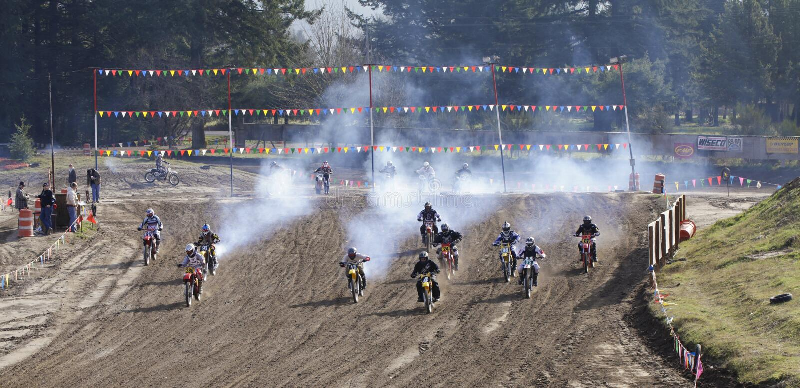 体育运动葡萄酒motocycle种族。 起始时间。 库存照片
