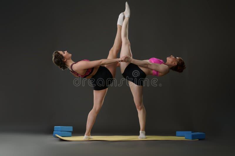 体育运动 摆在对的体操运动员在锻炼期间 库存图片