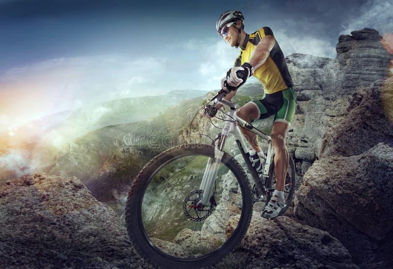 体育运动 骑自行车浅骑自行车的骑自行车者深度域重点森林现有量山的透视图 库存图片