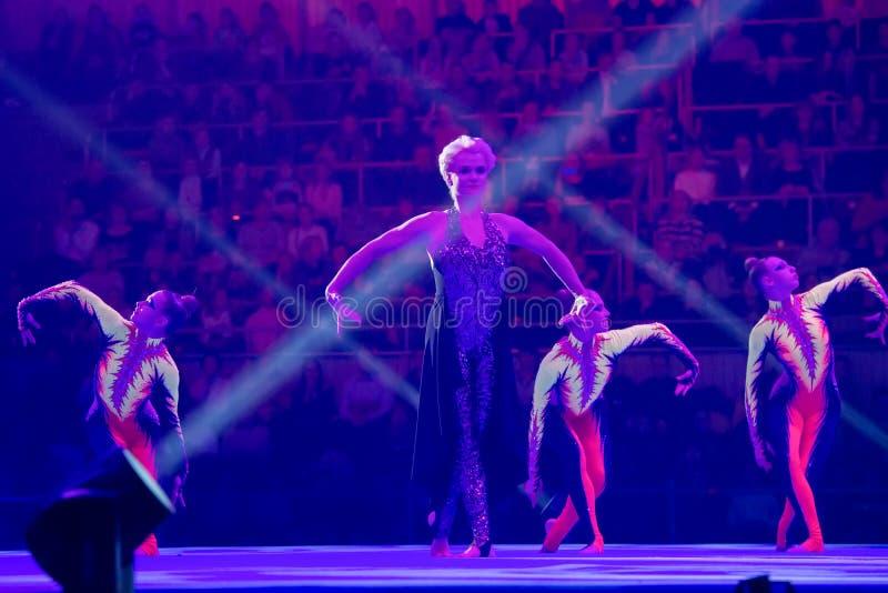 体育阿列克谢涅莫夫的展示传奇的传奇体操运动员斯维特兰娜・霍尔金娜  免版税库存图片