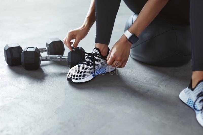 体育鞋子 栓在时尚运动鞋的妇女手鞋带 免版税图库摄影