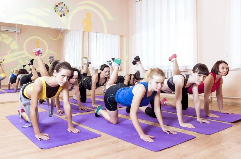 体育,健身,健康生活方式概念 小组Caucasain W 免版税库存图片