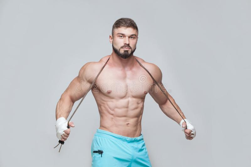 体育,活动 与跨越横线的肌肉战斗机kickbox 肌肉人灰色背景 库存图片