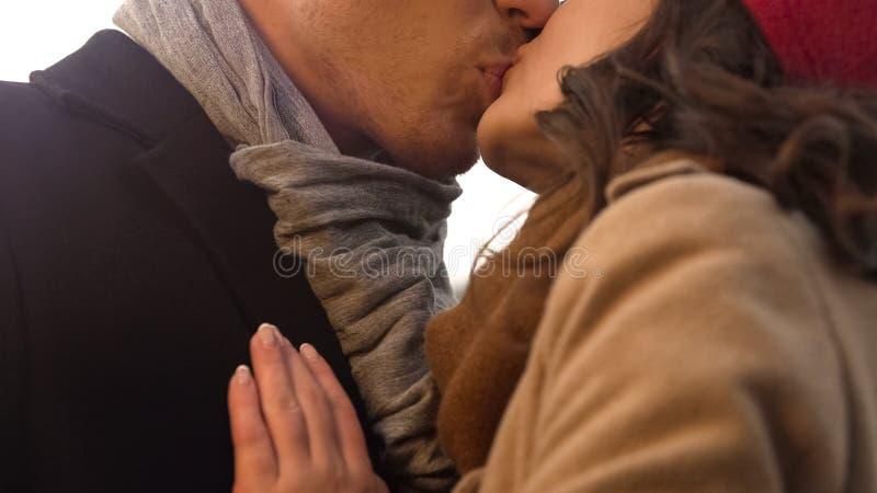 体贴亲吻在第一个日期、浪漫史和关系的甜年轻夫妇 免版税库存图片
