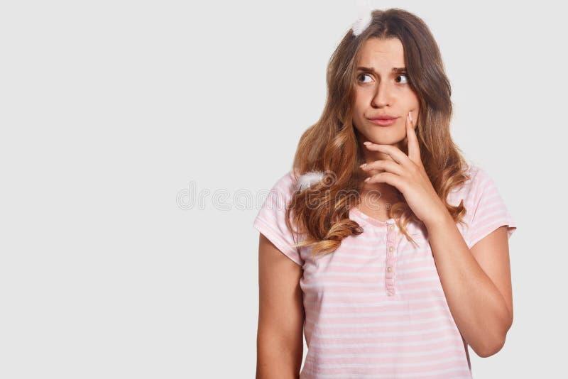 体贴的妇女水平的射击有麻烦表示,是深的在想法,有在头的羽毛,穿戴在nightclothes 库存图片