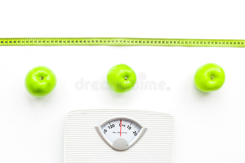 体重计,测量磁带和苹果在白色背景顶视图 图库摄影