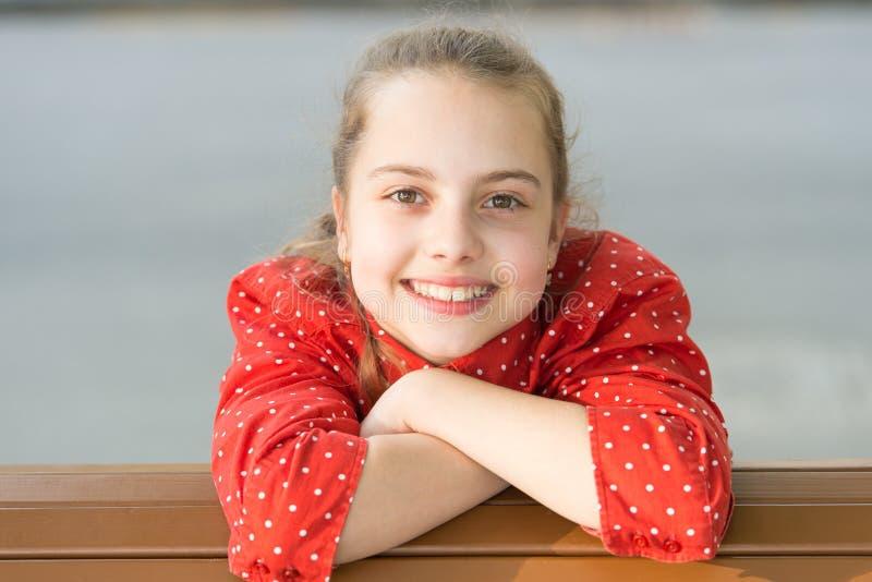体验完善的皮肤 享用光滑的婴孩皮肤的愉快的女孩 有逗人喜爱的微笑的可爱的小孩子 图库摄影