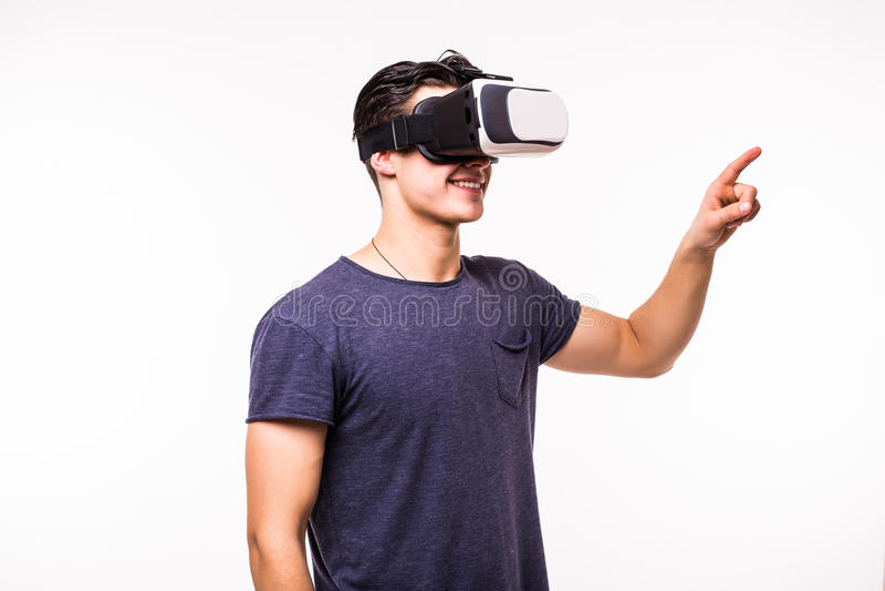 体验虚拟现实的年轻激动的人画象  免版税库存照片