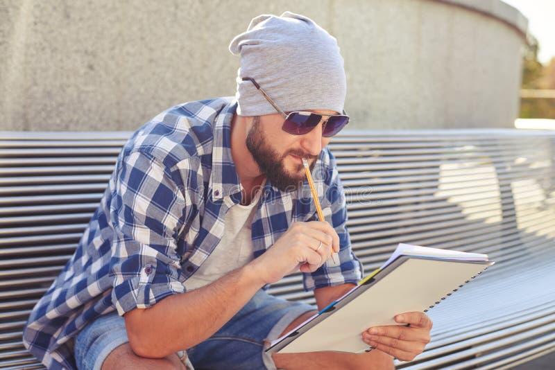 体贴的人坐长凳 免版税库存照片