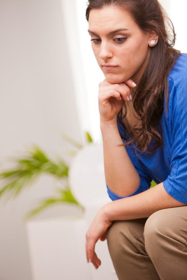 体贴的妇女在她的客厅 免版税库存照片