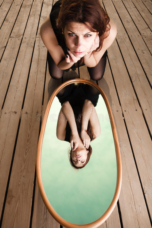 Download 体贴的妇女看在镜子的反射 库存图片. 图片 包括有 寂寞, 人力, 感伤, 自杀, 沉寂, 码头, 室外 - 59103163