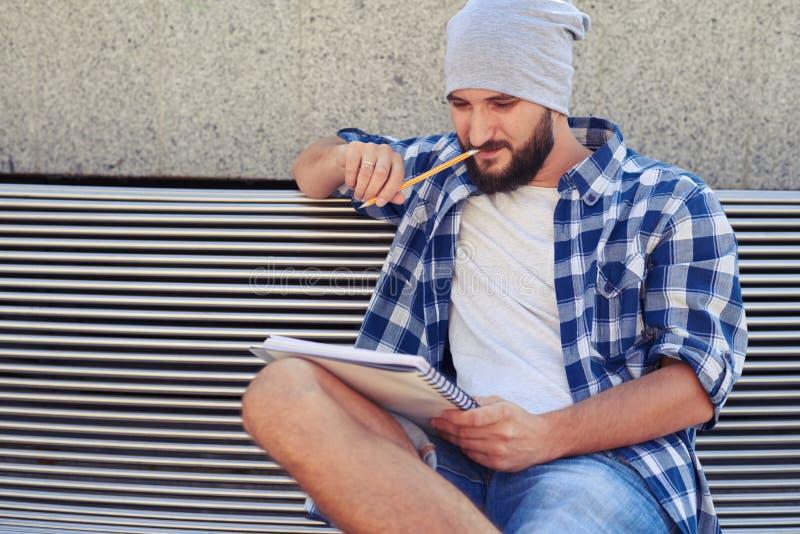 体贴的时髦的人坐长凳 库存照片