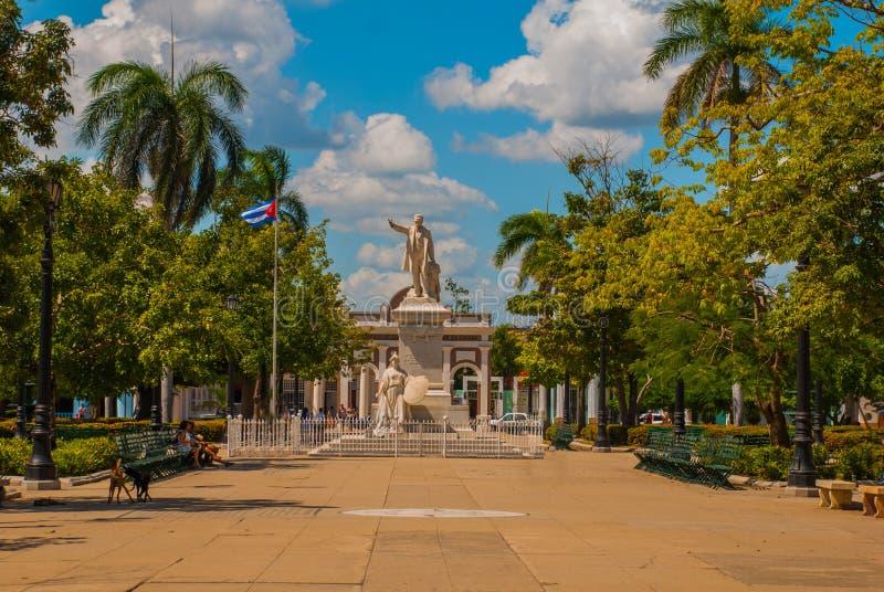 何塞马蒂纪念碑或雕象在具有他的名字的西恩富戈斯广场 古巴 库存图片