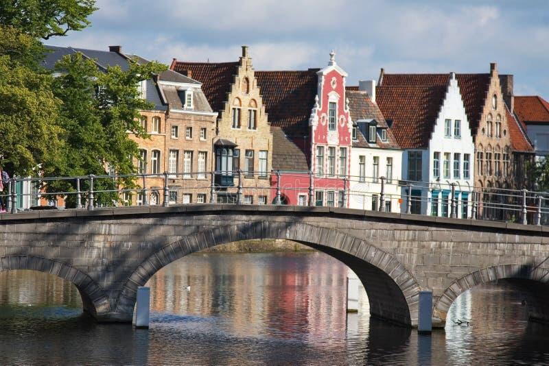 佛兰芒房子和运河门面在布鲁基 免版税图库摄影