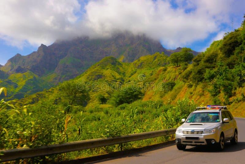 佛得角山环境美化,在发怒Malagueta山脉,多云蓝天的路的汽车 免版税库存图片