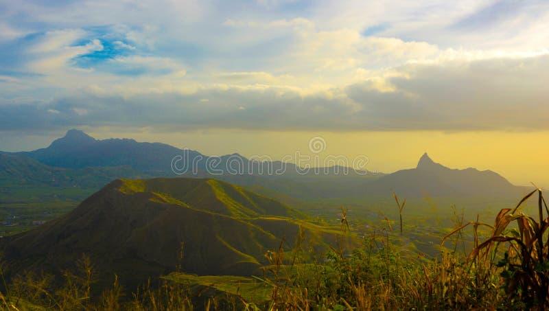 佛得角山风景,老火山火山口,五颜六色的日落 免版税图库摄影