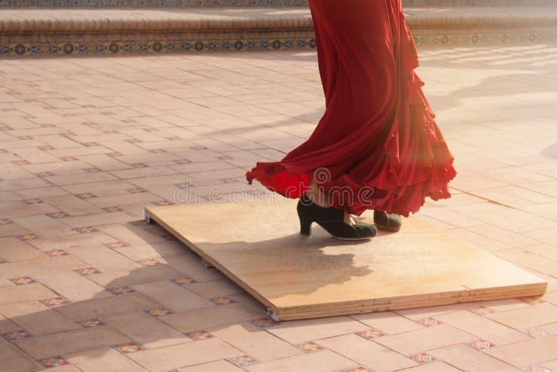 佛拉明柯舞曲舞蹈家执行在西班牙城市的街道的` s脚的细节 免版税库存照片