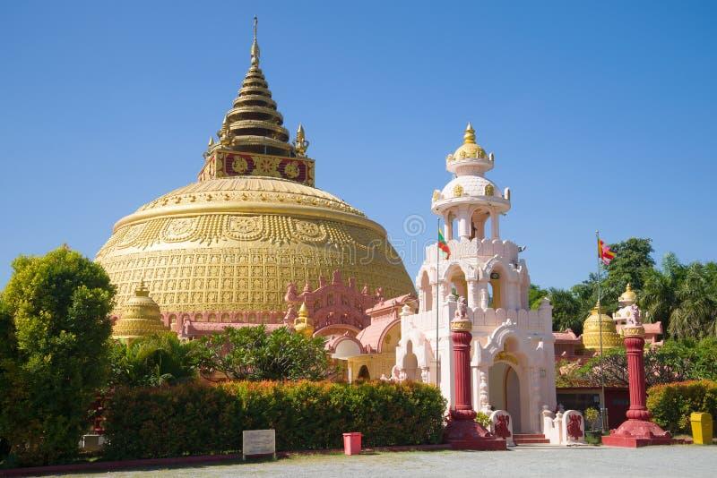 佛教'Sitagu国际佛教学院的'国际学院的巨型stupas 图库摄影