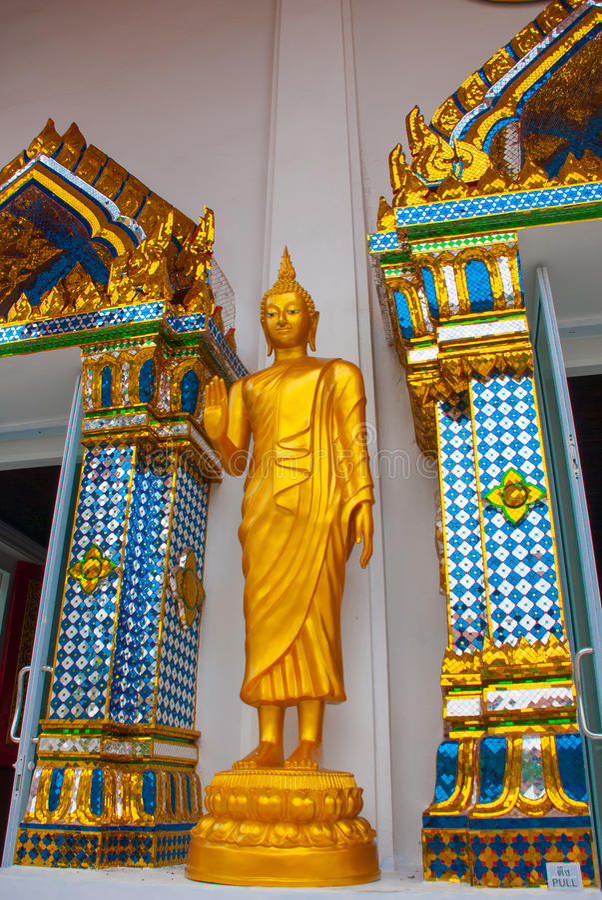 佛教寺庙在城市曼谷,金雕象 泰国 免版税库存图片