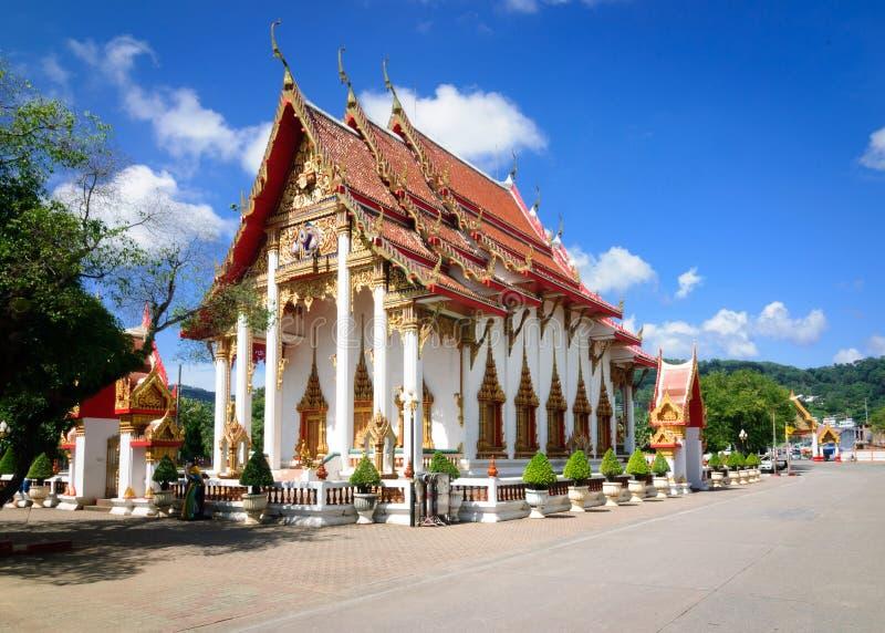 佛教寺庙复杂Wat查龙的Ubosot-the主要寺庙在普吉岛 库存图片