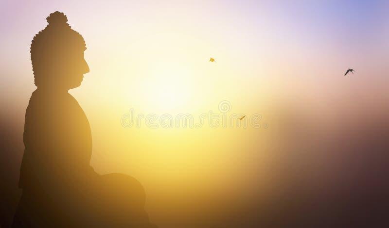 佛教概念:在日落的背景的菩萨雕象 库存例证