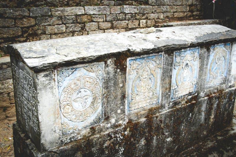 佛教玛尼石头与佛经的在尼泊尔 库存图片