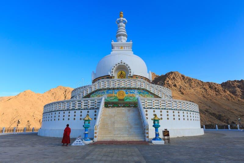 佛教装饰的印度ladakh leh纪念碑壁画明亮地绘了shanti stupa空白 免版税库存照片
