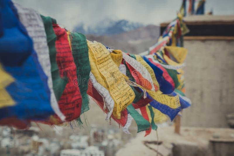 佛教西藏祷告旗子五颜六色的旗子 免版税库存图片