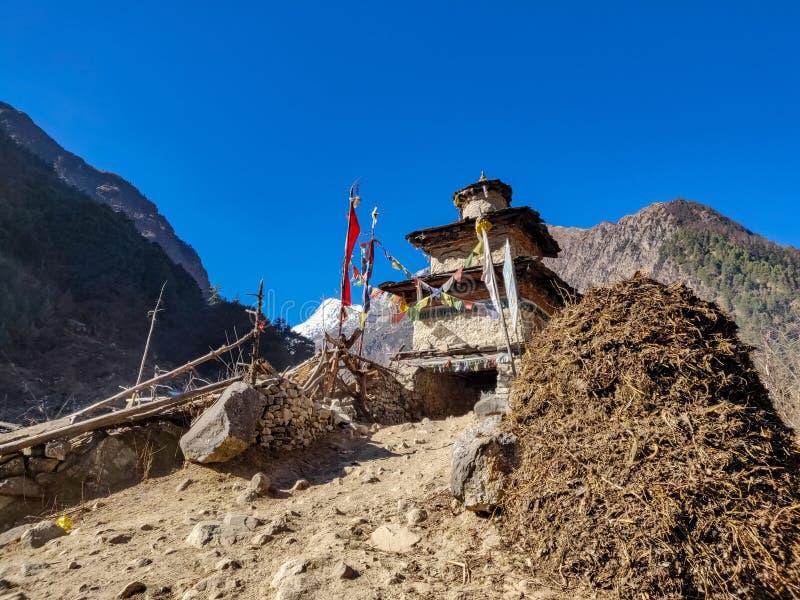 佛教门在尼泊尔的遥远的村庄 免版税库存图片