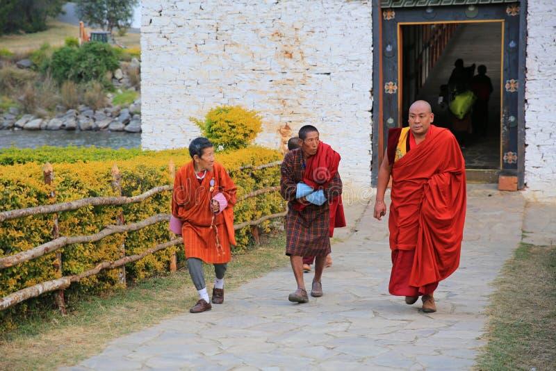佛教香客和修士,不丹 免版税库存图片