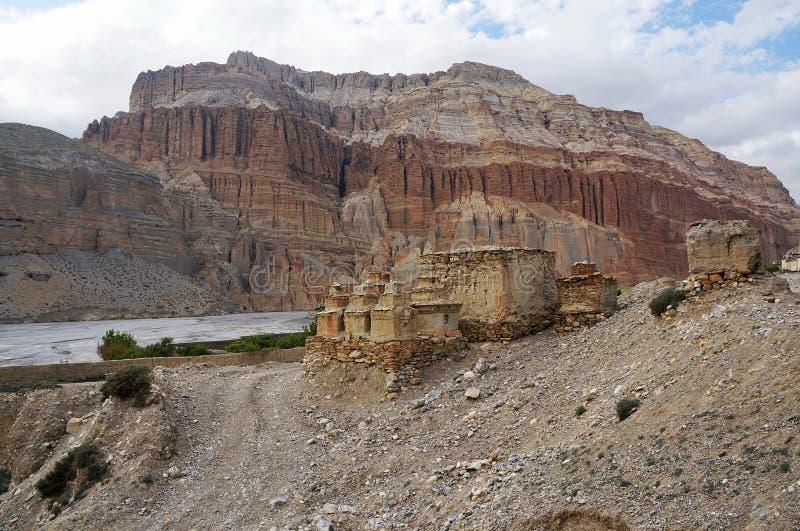 佛教chortens和废墟以山为背景,在途中对Chusang 免版税库存照片