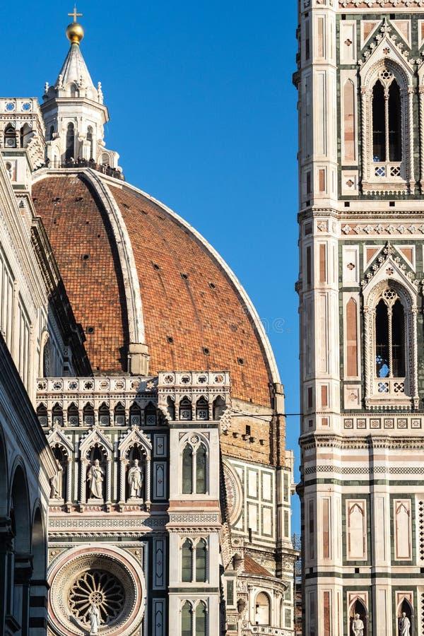 佛罗伦萨、托斯卡纳意大利-乔托的钟楼12月30日,2018细节和佛罗伦萨圆顶在一好日子 免版税图库摄影
