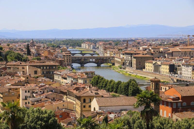 佛罗伦萨、阿尔诺河和brid房子屋顶的看法  库存图片