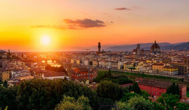 佛罗伦萨、Ponte Vecchio, Palazzo Vecchio和佛罗伦萨中央寺院日落视图  免版税图库摄影