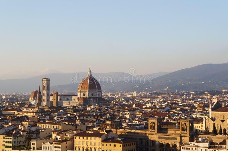 佛罗伦萨与中央寺院- Cattedrale二圣玛丽亚del菲奥雷的市视图 库存照片