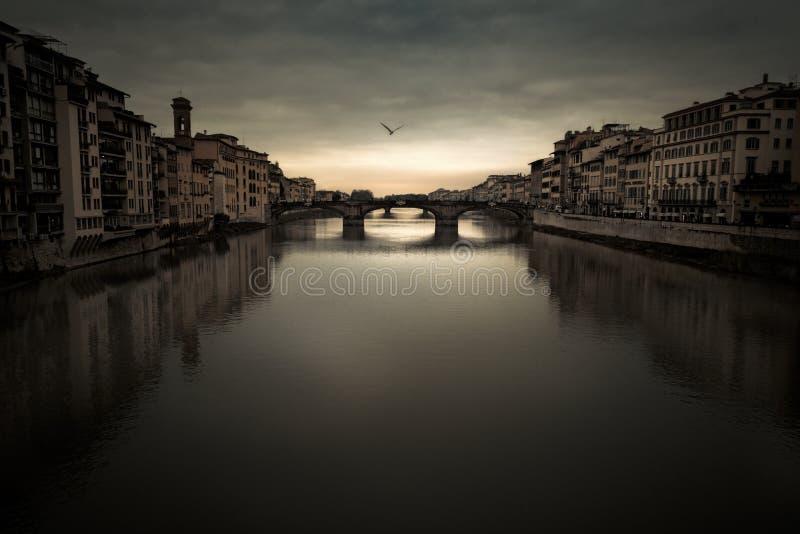佛罗伦萨亚诺河河在黄昏的喜怒无常的天空下 库存图片