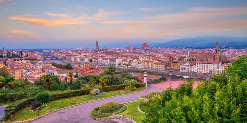 佛罗伦萨从顶视图的市地平线看法在日落 免版税库存照片