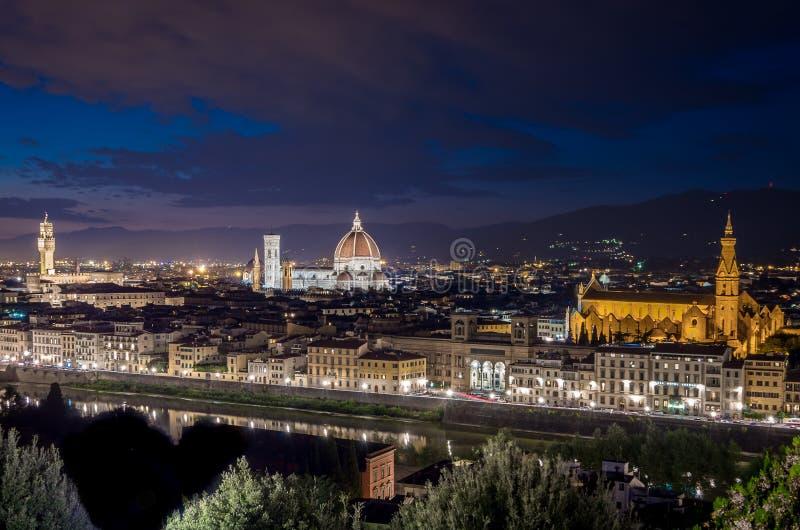 佛罗伦萨全景有中央寺院的圣玛丽亚莱尔孙迪菲奥雷,旧宫塔在晚上在佛罗伦萨,托斯卡纳,意大利 库存图片