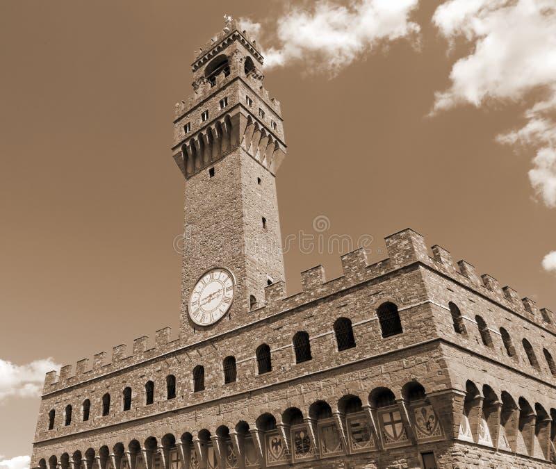 佛罗伦萨在意大利老宫殿和钟楼与蓝天w 免版税图库摄影