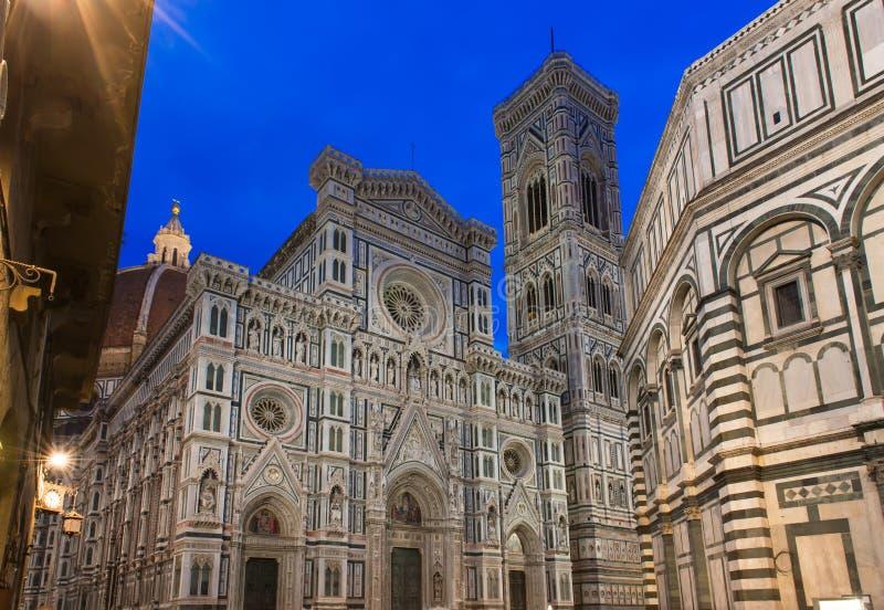 佛罗伦萨大教堂(中央寺院-大教堂二圣玛丽亚del菲奥雷), Giotto钟楼夜视图  库存图片