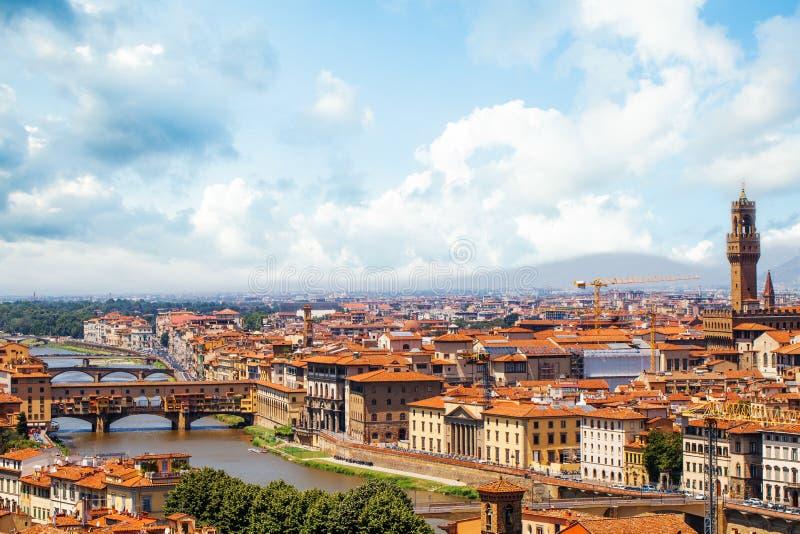 佛罗伦萨意大利 佛罗伦萨与红色屋顶、桥梁和旧宫的全景都市风景在佛罗伦萨 库存照片