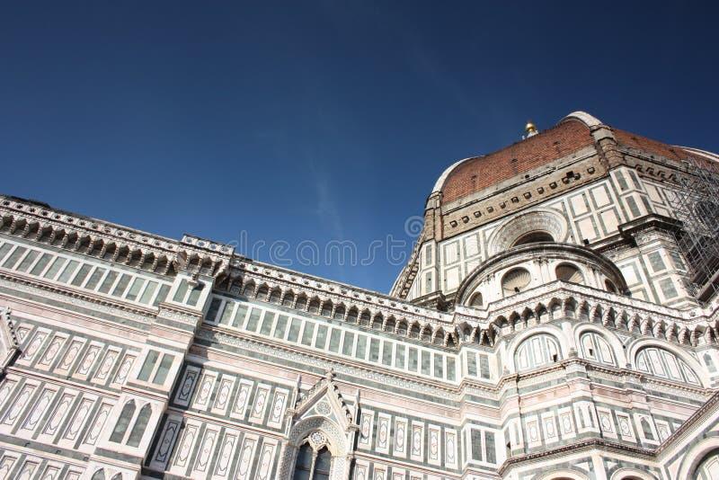 佛罗伦萨著名大教堂的大教堂的旁边门面和细节在意大利,在从清楚的春天的一好天气 图库摄影