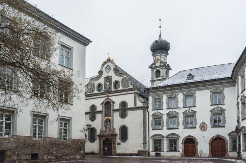 佛罗伦萨诸圣教堂教会,阴险的人Jesuitenkirche的前教会,在1571年建立由命令在Stiftsplatz在蒂罗尔州霍尔 免版税库存照片