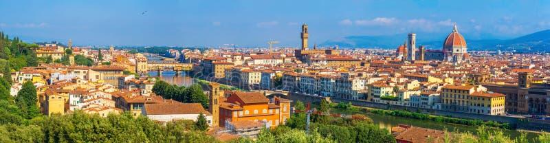 佛罗伦萨,意大利全景  圣玛丽亚del菲奥雷,佛罗伦萨的大教堂大教堂和著名蓬特Vecchio 免版税库存图片