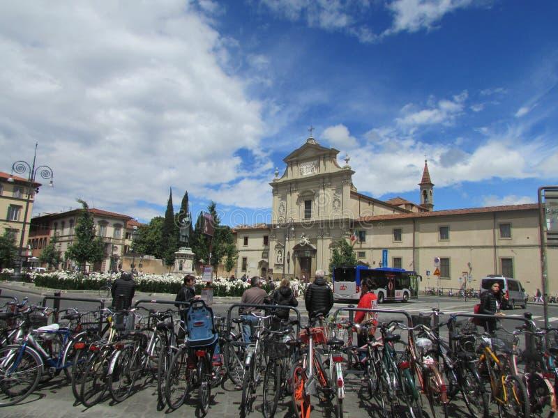 佛罗伦萨,意大利,城市广场 南部的天空、自行车和游人 免版税库存图片